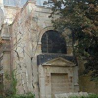 La fontaine adossée à la paroisse