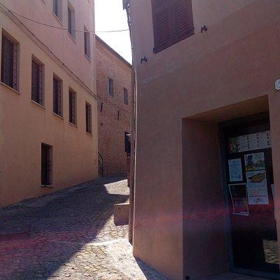 Scorcio di Via Armellini con porta IAT