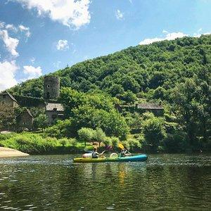 Balade en canoë et découverte du patrimoine avec le village de Montarnal proche de Conques.