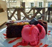 Ciasto czekoladowe z sorbetem malinowym poleca się na deser. :)