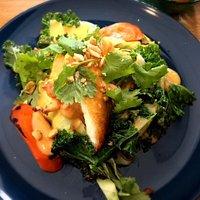 Hvid fisk på dampede/stekte grøntsager og rød curry