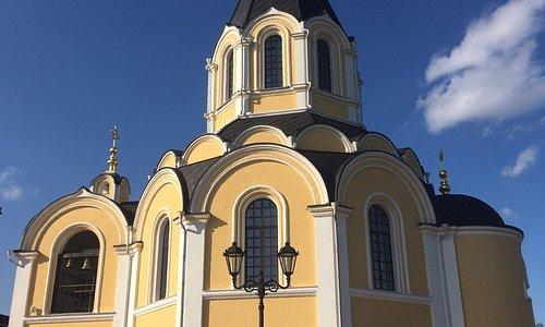 1 Храм Александра Невского в посёлке Апраксин 2 Братская могила с памятником Александру Невскому
