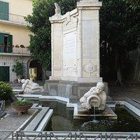 Il monumento ai caduti, proprio davanti all'uff.turistico