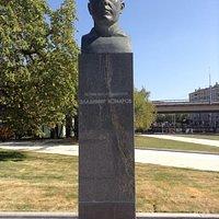 Памятник-бюст В. Комарову