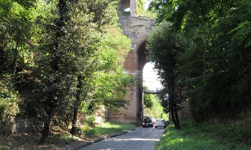 si osservi il basolato originale della via Domiziana
