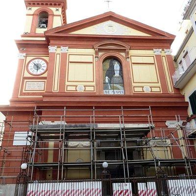la chiesa con le impalcature per i lavori in corso