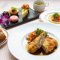洋食の週替わりランチ。デザート5種盛がすごい
