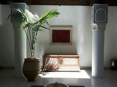 Jeu de lumière et d'ombre dans le patio du riad - The Orientalist Museum Marrakech