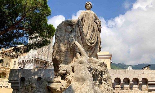 Hommage des Colonies Etrangeres Statue 2