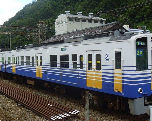 福井行電車とバックのホーム上屋
