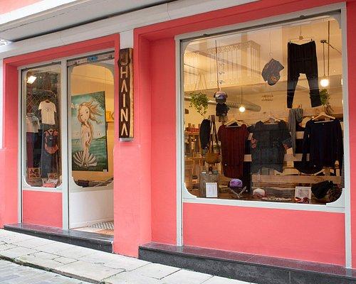Tienda de moda sostenible, complementos pintados a mano y galería de arte.