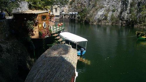 По озеру можно покататься на лодках