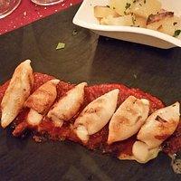 calamaretti ripieni di mozzarella con fondo alle olive