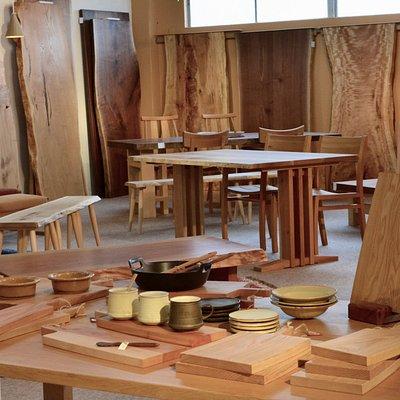 一枚板テーブルや無垢の家具をはじめ、飛騨の作家さんたちによる木工作品やガラス・陶芸作品など多数取り揃えています。