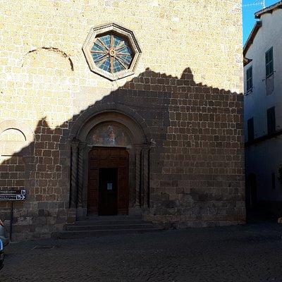 facciata della chiesa con il rosone