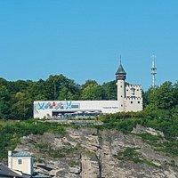 Das Museum der Moderne Salzburg, Mönchsberg, liegt über den Dächern der Stadt Salzburg