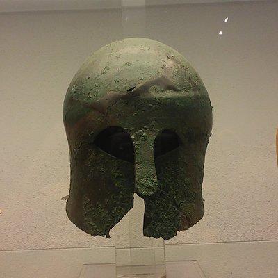 Elmo di tipo corinzio in bronzo conservato al Museo di Atena Lucana