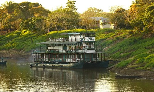 Sailing with The Reina de Enin trough the protected area of Bolivian River Dolphin.