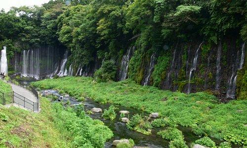 數個小瀑布構成整個白糸瀑布