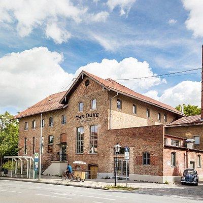 """Seit 2016 residiert der """"Herzog"""" unter den Gins in einem idyllischen Backsteingebäude in Aschhei"""