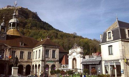 rechts: Hotel-Restaurant / links: der Kuppelbau