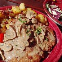 Deftige Hausmannskost mit frischem Salat als Vorspeise