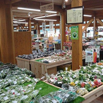 地の野菜や果物が置いてある