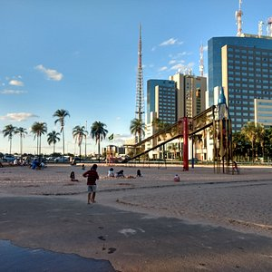 Parque Ana Lídia com seu famoso Foguetinho e ao fundo o Setor Hoteleiro Sul