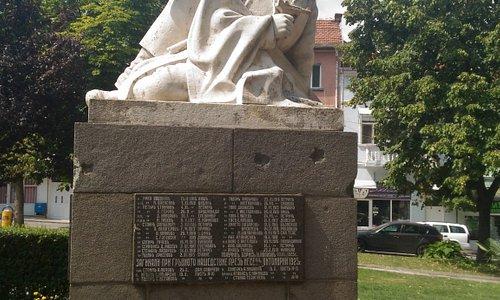 на площади выше музея - памятникам петричанам
