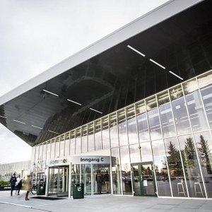 Ved hovedinngangen på Kvadrat kjøpesenter er det en nydelig glassfasade.