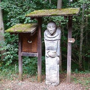 Am Beginn des Walderlebnispfades begrüßt sie der Kartäuser Mönch
