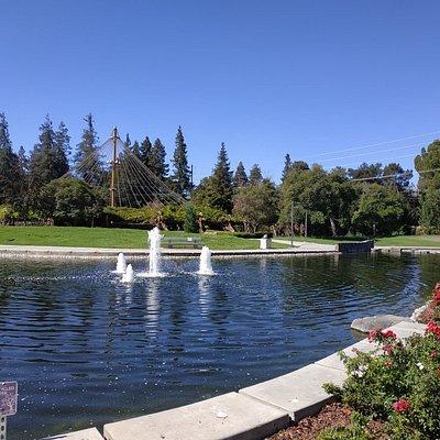 פארק רחב ידיים ומהמם. נדנדות לילדים. שבילים לטיולים ולרוכבי אופניים. סוכה עם גרילר גדול ושולחנות