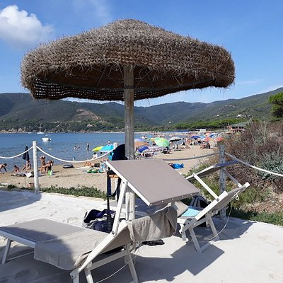 Comfortable and clean beach club just a couple of meters away from the sea with parking. Discoun