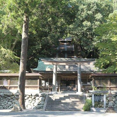 拝殿から本殿に向かう階段が少し見えます。