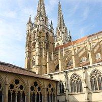 vista del clausto y torres de la catedral