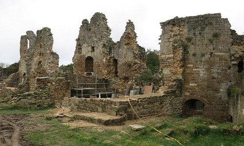 Travaux sur les ruines.