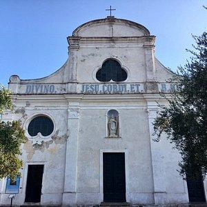 Capraia Isola, Chiesa del Sacro Cuore e di San Nicola Vescovo: la facciata
