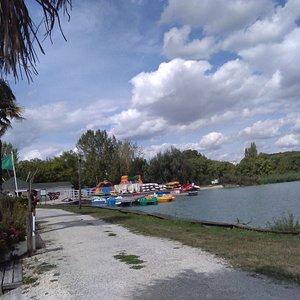 vue du lac avec une partie des activités