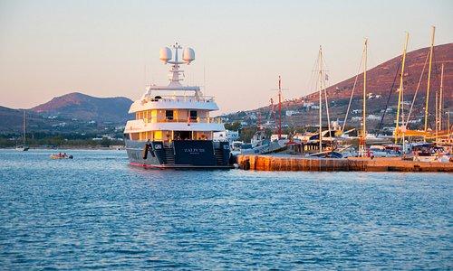 Парос - это портовый город, гулять здесь на закате одно удоволсьтвие