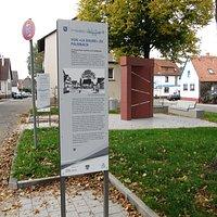 Der Waldenserweg am Waldenserplatz. Interessanter Weg durch die Ortsmitte mit vielen Infos.