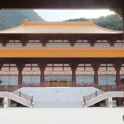 法水寺 入口の門から見た本堂