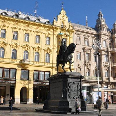 Maestosa nel cuore della piazza