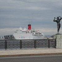 幣舞橋 四季の像と港