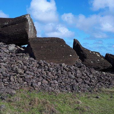 За этой статуей, со стороны океана будет лежать огромный, толстый моаи