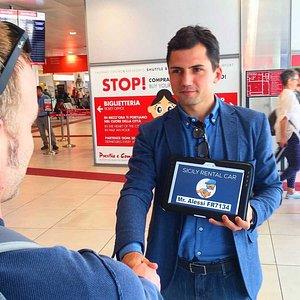 Servizio Transfer di Sicily Rental Car all'aeroporto Falcone Borsellino di Palermo da il benvenu