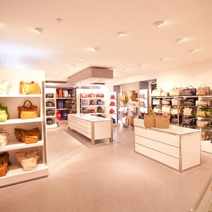 Su una superficie di oltre 150 m², il negozio, situato nel cuore di Bolzano, propone un'ampia ga