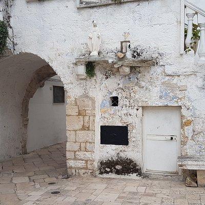 Arco visto por dentro do vilarejo.