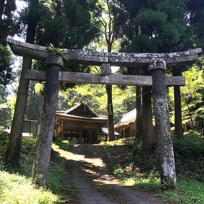 県道から200mほど登った山手にある神社 右手の神殿の奥にある
