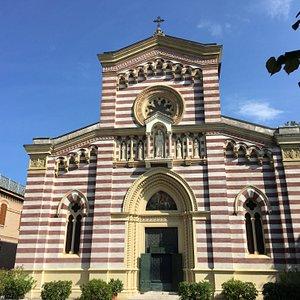La facciata principale della chiesa con gli evidenti fascioni bianchi e marroni