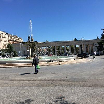 Uno scorcio di piazza Cavour ed il propileo della Villa Comunale